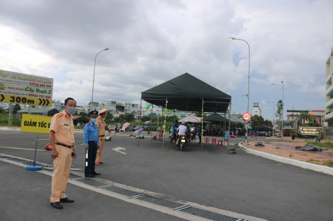 Chốt đội cảnh sát giao thông quận Ninh Kiều hướng dẫn người dân vào nơi kiểm tra khai báo y tế