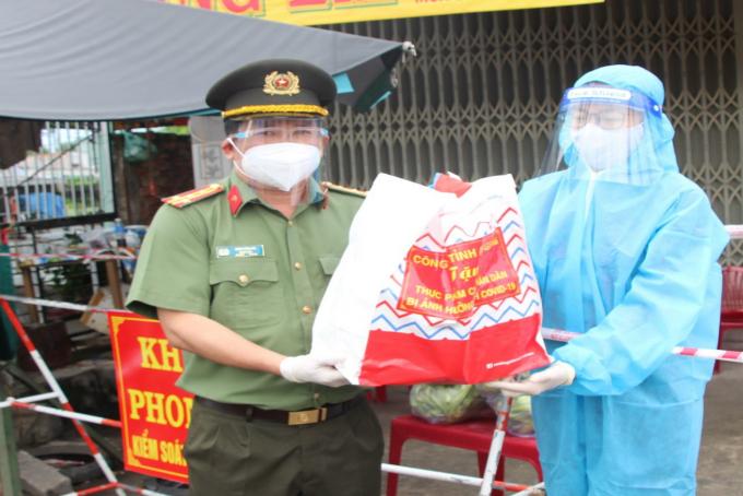 """Đại tá Đinh Văn Nơi và cán bộ chiến sỹ cùng tham gia Chương trình """"Hạt gạo nghĩa tình"""" với 170 tấn gạo được trao tặng cho người dân trong tỉnh."""