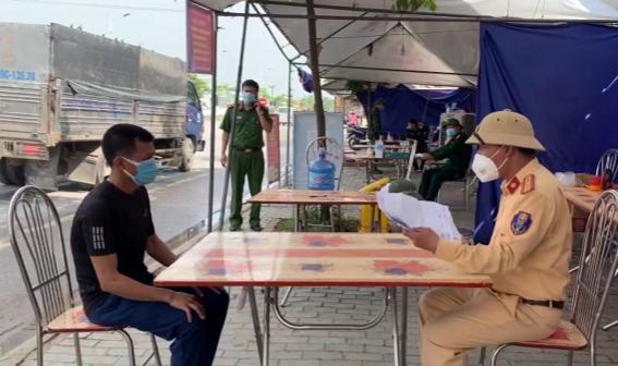 Lực lượng Công an làm việc với Nguyễn Văn Mai tại chốt A08.