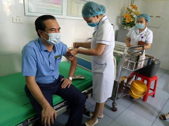 Giám đốc Bệnh viện đa khoa thành phố Vinh tiên phòng tiêm vắc xin