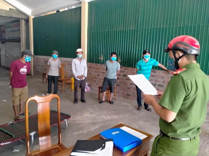 Công an xã Thạch Kim lập biên bản đối với các trường hợp trốn khỏi khu vực cách ly y tế.