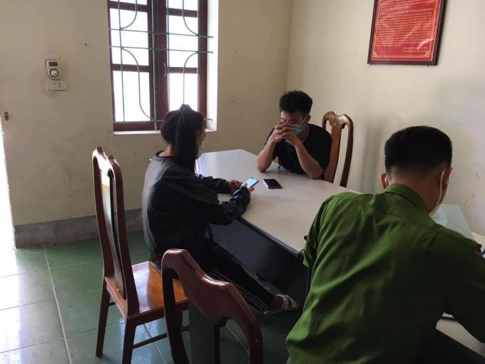 Hai sinh viên người Lào lội ruộng trốn khỏi vùng cách ly y tế.