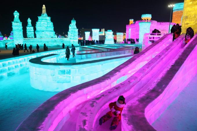Một đứa trẻ đang trượt trên đường băng tại lễ hội Băng đăng diễn ra ở thành phố Cáp Nhĩ Tân, tỉnh Hắc Long Giang, phía Bắc Trung Quốc. (Ảnh: EPA)
