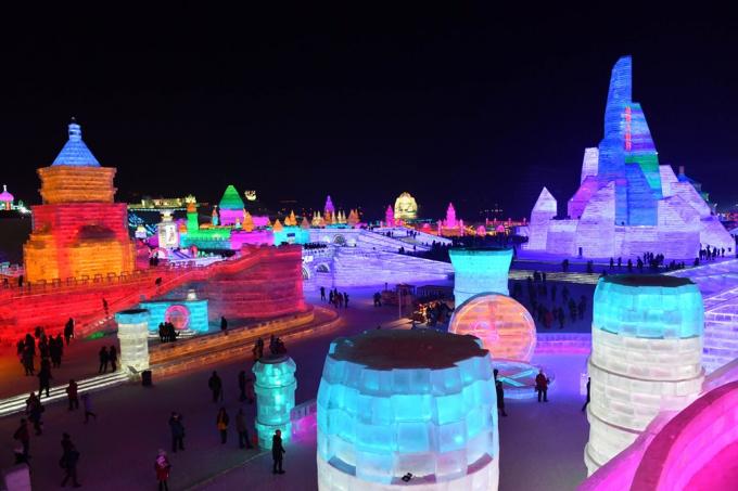 Khoảng 180.000 mét khối nước đá và 150.000 mét khối tuyết đã được sử dụng để xây dựng không gian rộng 800.000 mét vuông lễ hội.(Ảnh: EPA)