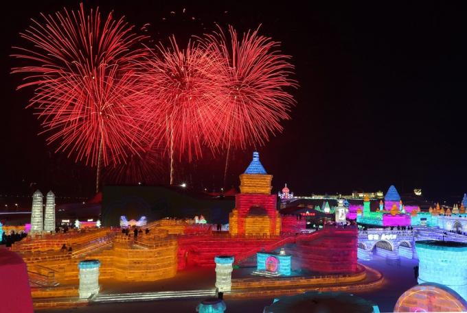 Không chỉ có các công trình nhiều màu sắc, lễ hội Băng đăng còn thêm phần rực rỡ bởi những màn trình diễn pháo hoa ấn tượng. (Ảnh: EAP)