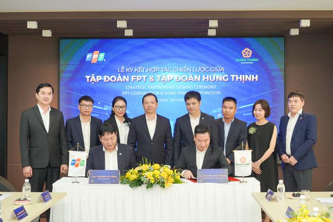 Ông Trương Gia Bình – Chủ tịch Tập đoàn FPTvà ôngNguyễn Đình Trung – Chủ tịch Tập đoàn Hưng Thịnh thực hiện nghi thức ký kết hợp tác trước sự chứng kiến của đại diện hai Tập đoàn.