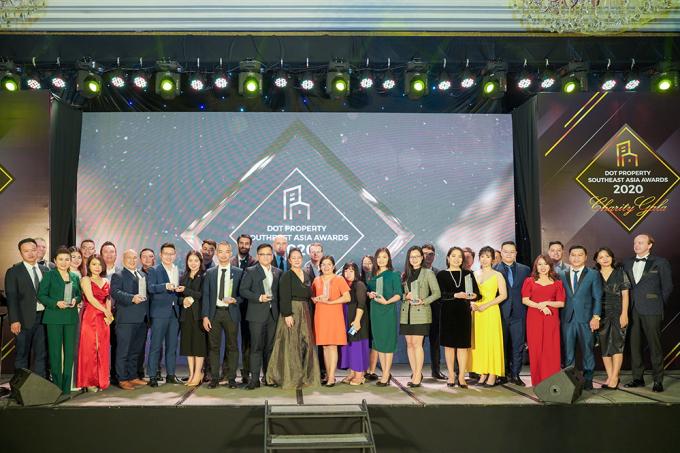 Đại diện Hưng Thịnh Land chụp hình cùng các doanh nghiệp, doanh nhân được vinh danh tại Lễ trao giải Dot Property Southeast Asia Awards 2020