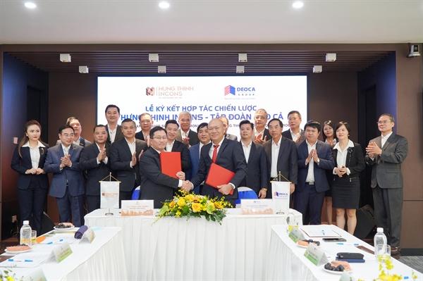 Ông Nguyễn Tấn Đông -  Tổng Giám đốc Tập đoàn Đèo Cả và ông Trần Tiến Thanh - Tổng Giám đốc Hưng Thịnh Incons thực hiện nghi thức ký kết hợp tác trước sự chứng kiến của đại diện các bên.