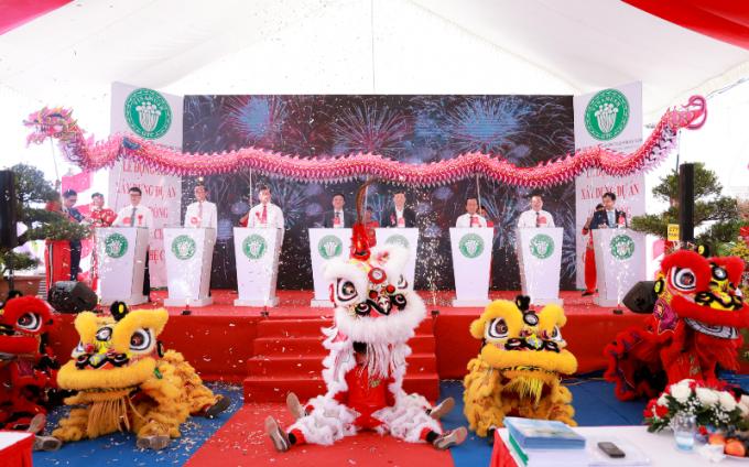 Các đại biểu làm lễ bấm nút khởi công Dự án nuôi trồng Nấm ăn sạch ứng dụng công nghệ cao