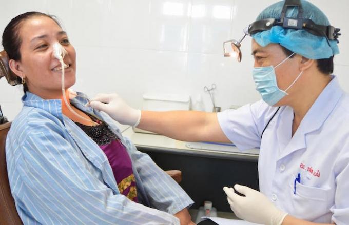 BS CKII. Tăng Xuân Hải kiểm tra vết mổ thực quản bệnh nhân Tiến (Ảnh: Hoàng Yến).