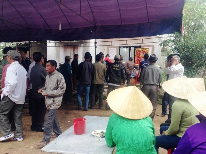 Đông đảo người dân địa phương đến đưa tang, chia buồn cùng gia đình.