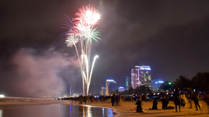 Khung cảnh tuyệt vời chỉ có ở ven biển TP Đà Nẵng khiến người dân, du khách hào hứng.