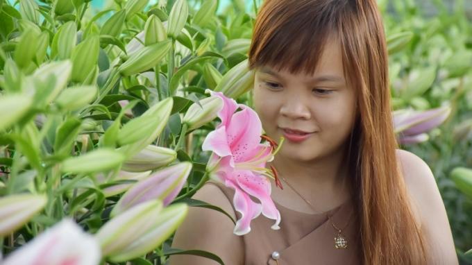 Thiếu nữ bên những cành hoa Ly nở vội.