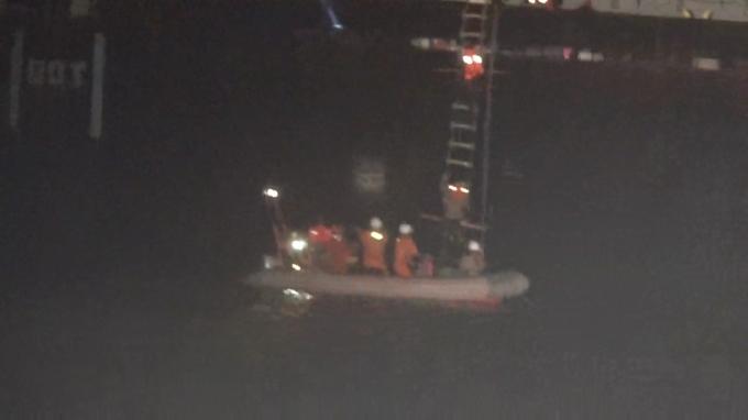 20 thuyền viên trên tàu sắp chìm được cứu giữa đêm