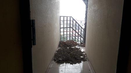 Cầu thang bộ xuống tầng hầm trở thành nơi đổ rác