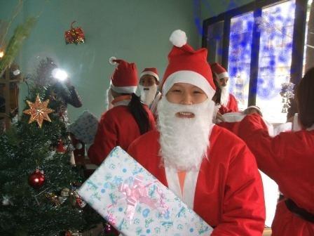 Ông già Noel tượng trưng cho sự may mắn không thể thiếu trong dịp Giáng sinh (Ảnh Hà Châu)