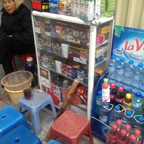 Thuốc lá được bày bán tràn lan ở quán nước ven đường (Ảnh Hà Châu)