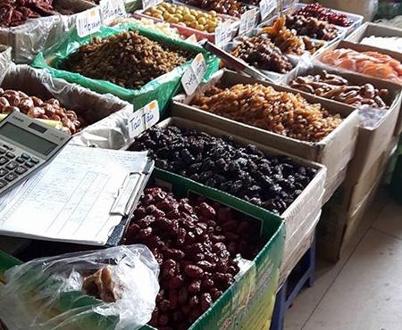 Ô mai với màu xanh, đỏ, tím, vàng… được đựng trong khay, chậu bày bán tại chợ Đồng Xuân không có ngày sản xuất, hạn sử dụng.