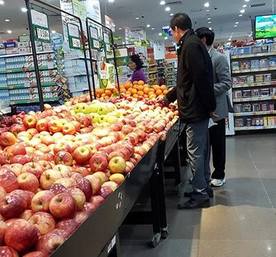 Nhiều người chọn mua hoa quả nhập khẩu về ăn, cúng Tết
