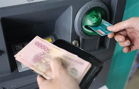 Ngân hàng Nhà nước đã có nhiều biện pháp tránh tình trạng quá tải ATM (Ảnh minh họa)
