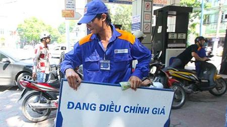 Theo tính toán, giá dầu thô đã giảm tới hơn 40% trong năm 2015 nhưng giá xăng bán lẻ trong nước chỉ giảm khoảng 12% và giá dầu giảm 30% (Ảnh minh họa).