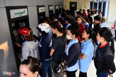 Trước Tết, nhiều máy ATM tại các điểm ngoại thành cũng lâm vào tình trạng quá tải. Ảnh:Nguyễn Quang.