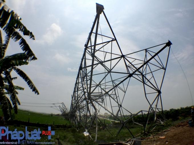 Cột điện đổ kềnh trong gió cấp 5.