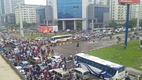 Đường Phạm Hùng tê liệt vì trận mưa tối ngày 24/5.