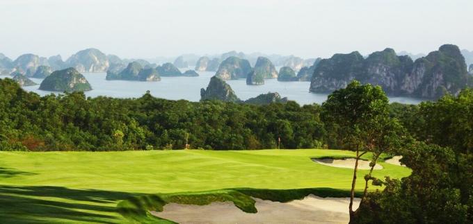 Ảnh 1: Sân golf FLC Hạ Long với view hướng ra vịnh Hạ Long - nơi sẽ diễn ra giải FLC Golf Championship 2017.