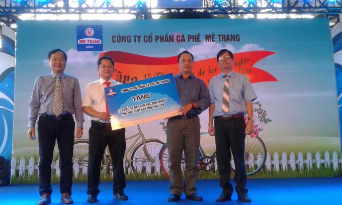 Công ty Mê Trang trao tặng xe đạp cho các em học sinh nghèo vượt khó thuộc tỉnh Phú Yên.