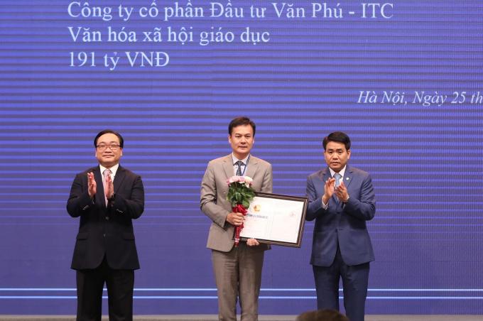 Đại diện Công ty CP Đầu tư Văn Phú – ITC nhận Quyết định chủ trương đầu tư Khu văn hóa thể thao và dịch vụ Nam Từ Liêm.