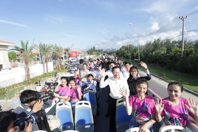 Khách mời và du khách hòa hứng ngắm Đà Nẵng xinh đẹp trên tầng 2 Coco City Tour.