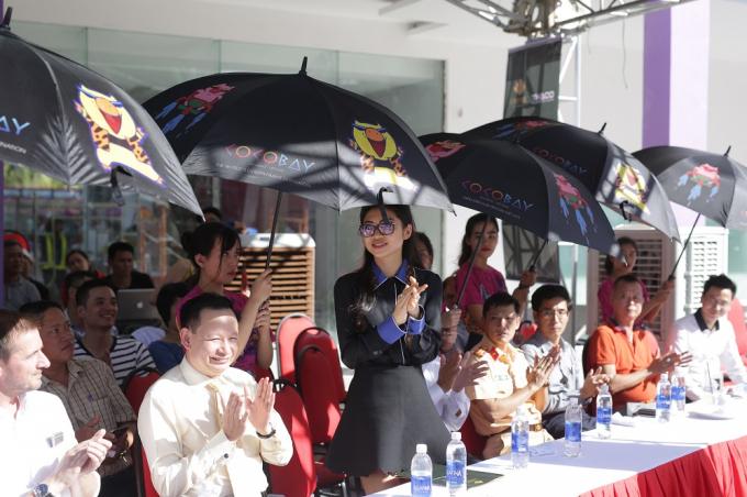 Lãnh đạo tập đoàn Empire, Thaco, các sở ban ngành tại Đà Nẵng tham dự lễ bàn giao 12 xe buýt Coco city tour.