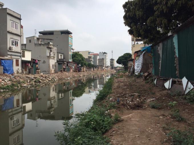 Diện tích đất nhà ông Hùng bị cưỡng chế nằm song song với nhiều diện tích đất khác bị lấn chiếm nhưng không bị cưỡng chế.