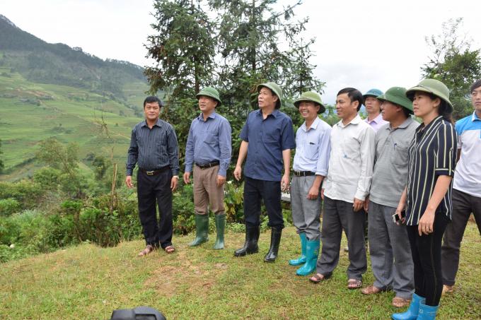 Đồng chí Nguyễn Văn Khánh - Phó Chủ tịch UBND tỉnh (thứ 3, trái sang) và lãnh đạo huyện Mù Cang Chải, lãnh đạo xã Dế Xu Phình đi thực địa tại xã Dế Xu Phình.