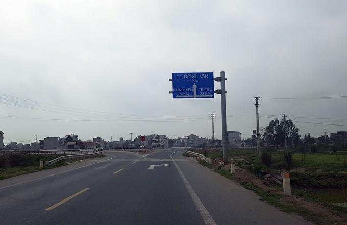 Phía trước biển báo này là một giao lộ khổng lồ với 4,5 ngã rẽ chằng chịt.