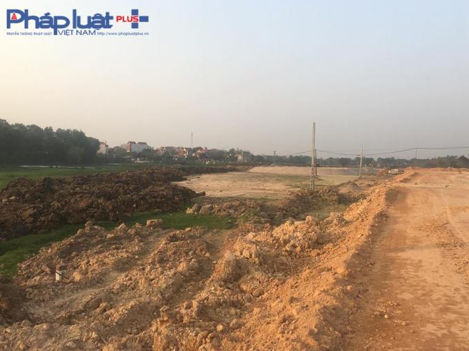 Đất mầu bóc xong đang tập kết ngày bên cạnh đường dự án.