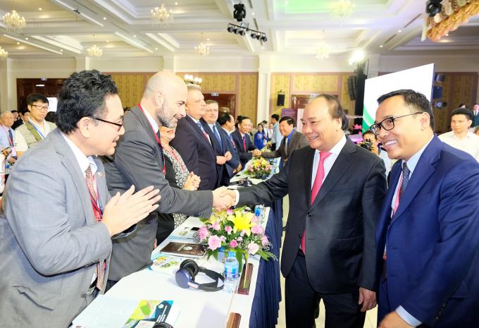 Thủ tướng và các đại biểu dự hội nghị xúc tiến đầu tư tỉnh Vĩnh Long.