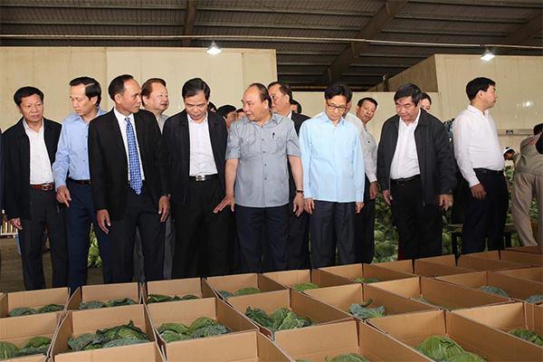 Thủ tướng Nguyễn Xuân Phúc, Phó Thủ tướng Vũ Đức Đam cùng các đại biểu thăm nhà xưởng của nông dân Tăng Xuân Trường.