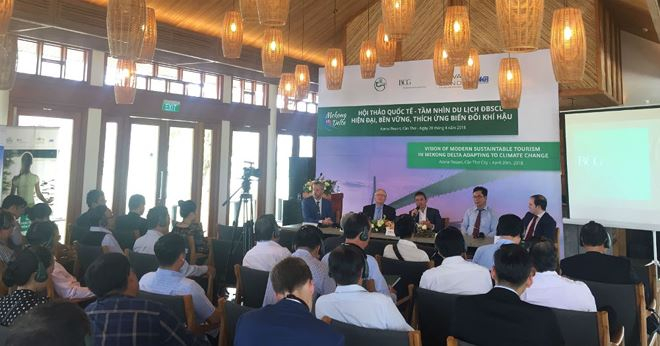 """Các chuyên gia trình bày trình bày ý kiến tại Hội thảo quốc tế """"Tầm nhìn hiện đại về Du lịch ĐBSCL bền vững thích ứng biến đổi khí hậu với Cần Thơ là trung tâm""""."""