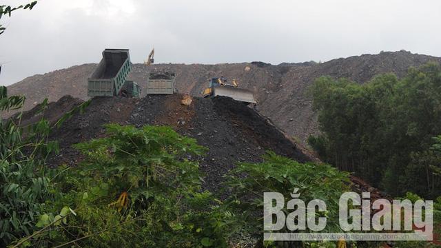 Bãi chất thải được tập kết không khác gì quả đồi, quá núi. (Ảnh nguồn Báo Bắc Giang).