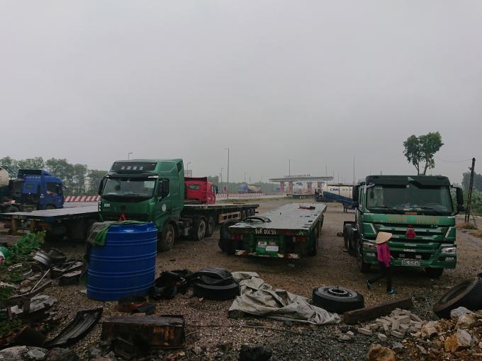 Chưa được giao đất nhưng hàng ngàn m2 đất lúa đã bị biến thành bãi tập kết xe tải trọng lớn.