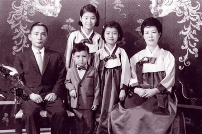 Cựu Tổng thống Park Geun-hye cùng bố mẹ và hai em - Ảnh: KBS
