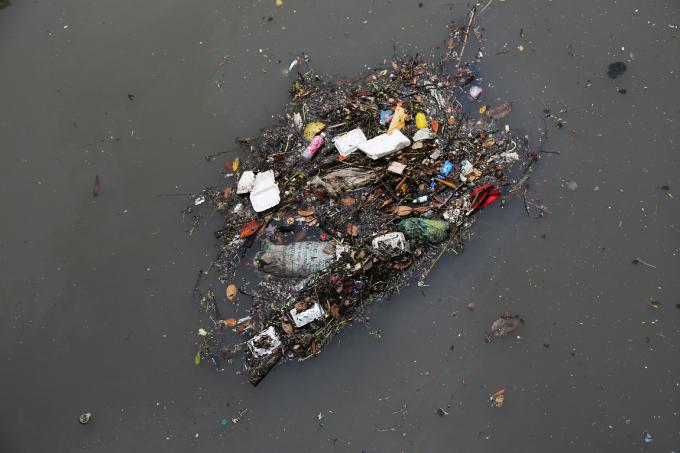 Các loại rác thải tập kết vào nhau thành một tảng trôi nổi khắp nơi.