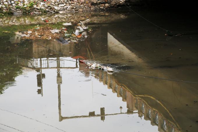 Khi trôi qua đọan có dây điện võng xuống mặt sông thì bị mắc lại.