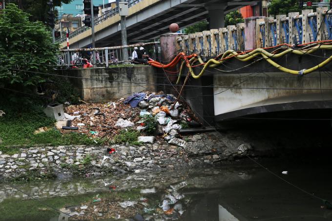 Chân cầu, nơi tập kết rất nhiều loại rác bốc mùi hôi thối rất khó chịu.