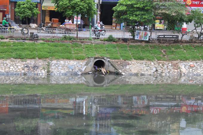 Những thứ này hầu hết là do cống thoát nước thải sinh hoạt của các hộ dân quanh khu vực sông Tô Lịch thải ra.