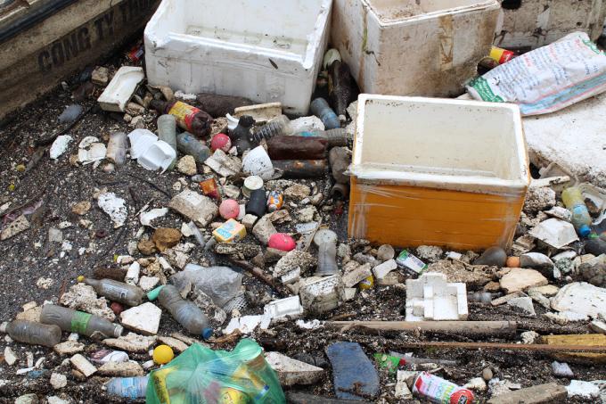 Thùng xốp và vô vàn thứ mà người ta ném xuống sông được những người công nhân dọn rác thu gom về đây.