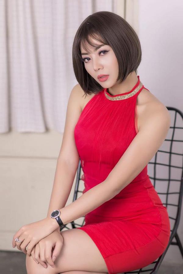 Thanh Hương nhập vai Phan Hương - con gái cả của ông trùm Phan Quân. Phan Hương tính khí nóng nảy, có sở thích phi dao. Trong phim, nhân vật của cô có nhiều cảnh hài hước với chồng - Khải