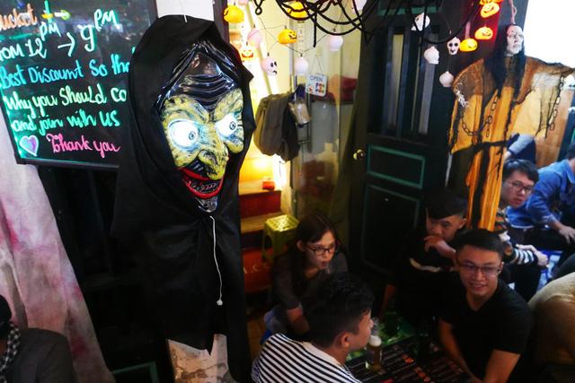 Đầu quỷ treo phía trước một quán vỉa hè trên phố Tạ Hiện.